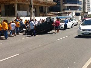 Carro capotou e atingiu outros veículos na Mata da Praia (Foto: Internauta/ Gazeta Online)