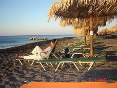 Bersantai Di Pantai Perissa, Pulau Santorini, Greece