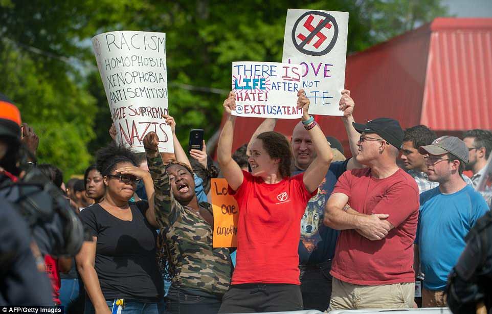 Los residentes locales cantan en contra de los miembros del Movimiento Nacional Socialista y otros nacionalistas blancos