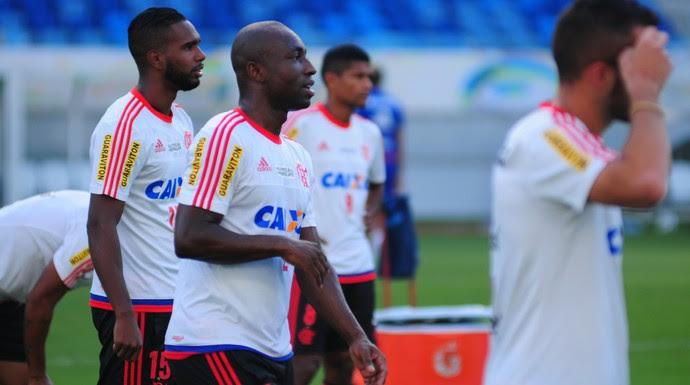 Treino Flamengo - lateral Armero e volante Luiz Antonio - Arena das Dunas - Natal-RN (Foto: Alexandre Lago/GloboEsporte.com)