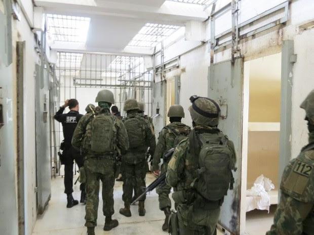 Fuzileiros navais durante revista no Pavilhão 5 de Alcaçuz (Foto: Marinha do Brasil/Divulgação)