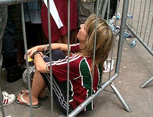 torcedora passa mal na fila da Arena