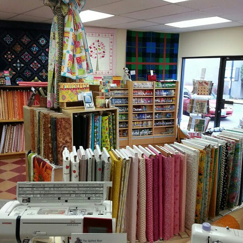 Hey look, tone on tone prints! And a floor model Horizon. ... oh, I was tempted! #quiltedbear #lqsday