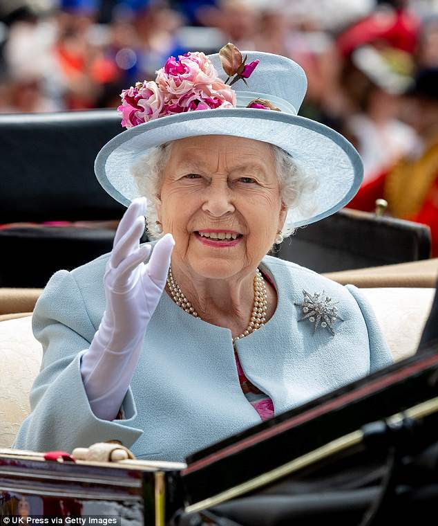 A rainha juntou sua roupa com um de seus broches de diamante favoritos e um chapéu azul adornado com peônias rosa
