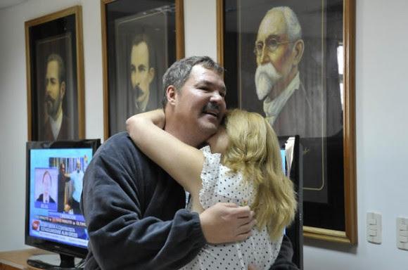Nuestro héroe Ramón Labañino(I), con su esposa Elisabeth, a su arrivo a la patría, en La Habana, el 17 de diciembre de 2014.    AIN  FOTO/ Estudios Revolución/