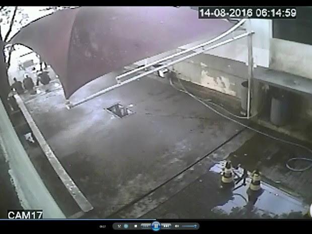 As imagens mostram um dos nadadores levantando as mãos enquanto os segurança os abordam. (Foto: Reprodução / TV Globo)