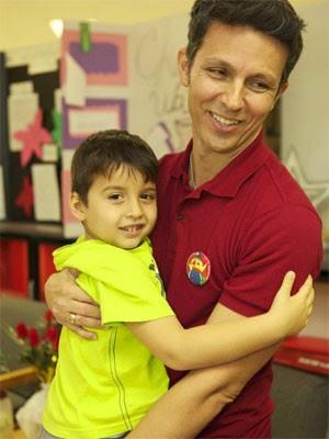 Alexandre Lopes com um de seus alunos (Foto: Divulgação/Macy's)