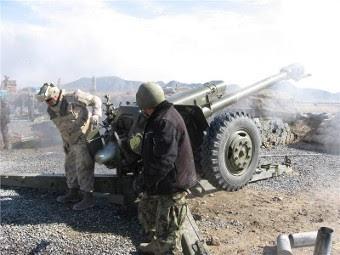 Канадский военный обучает афганского военнослужащего стрельбе из Д-30. Фото с сайта army.forces.gc.ca