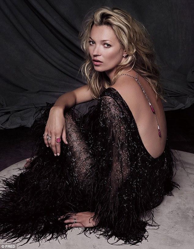 Obter o cartão de crédito pronto!  Kate posa com um vestido sem costas, enquanto ela mostra seu colar de diamante e rubi, que custa £ 30,000 escalonamento