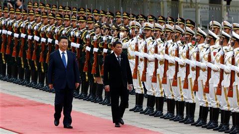 Le président philippin, Rodrigo Duterte (à droite), et son homologue chinois, Xi Jinping