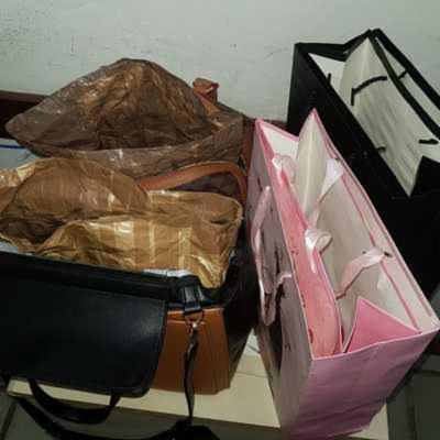 As bolsas femininas eram preparadas para passar pelos alarmes das lojas.