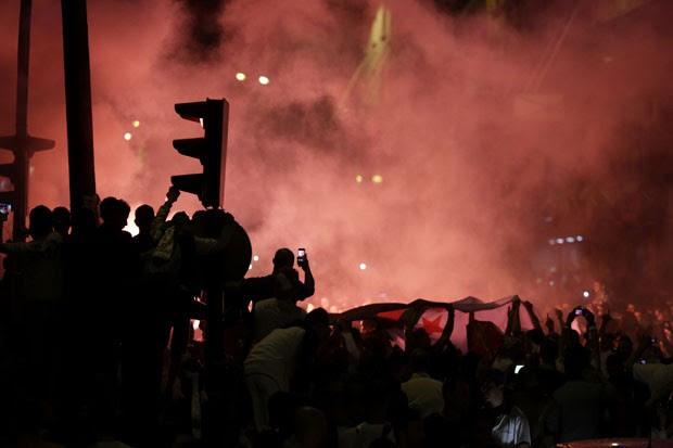 Torcedores da Argélia comemoram a classificação do país para a segunda fase da Copa do Mundo nesta quinta-feira (27) em Paris (Foto: Kenzo Tribouillard/AFP)