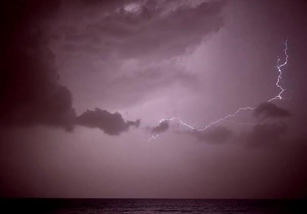 Ο κυκλώνας ''Doris'' τίναξε τα καρναβάλια στον... αέρα