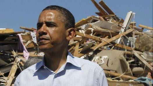 Obama, frente a una casa destruida por un tornado en Tuscaloosa, en Alabama. (AP)