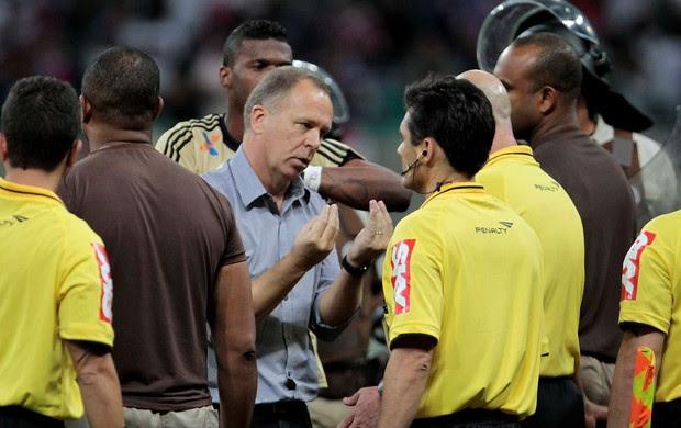 Mano Menezes reclamação Flamengo x Bahia (Foto: Eduardo Martins / Ag. Estado)