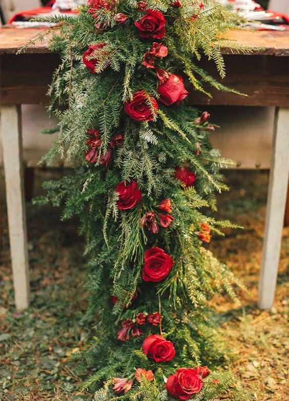 ein evergreen Tischläufer mit roten Rosen ist eine schicke und gewagte Idee für jede winter großen Tag