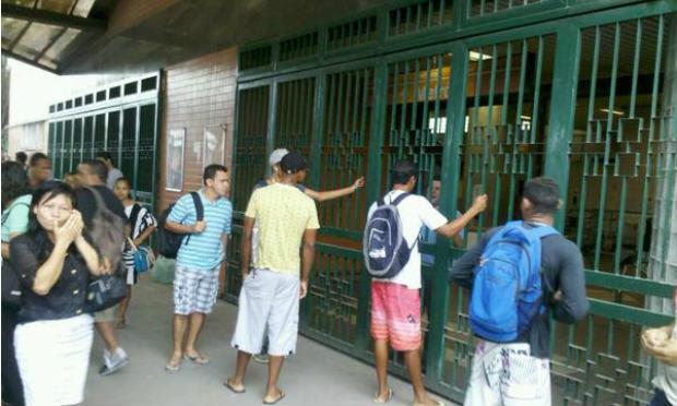 Na Estação Camaragibe, da linha Centro, os passageiros se depararam com portões fechados / Foto: @david_pfc / Twitter