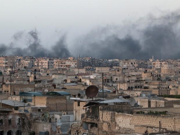 Fumaça pode ser vista à distância após ataque na região de Aleppo, no norte da Síria, na sexta-feira (29) (Foto: Abdalrhman Ismail/ Reuters)