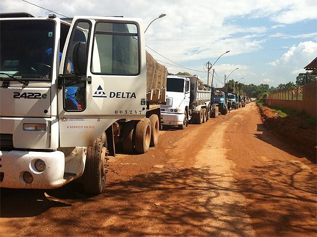 Motoristas de caminhões de lixo não conseguiram entrar no aterro sanitário da Estrutural, no Distrito Federal, na manhã desta terça-feira (17) (Foto: Rafaela Céo/G1)