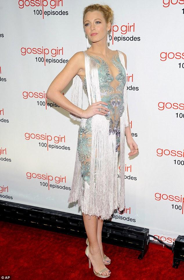 Ousada: Blake saiu no fim de semana em um vestido Marchesa ousadia pura, com mera borlas branco cobrindo sua modéstia, para celebrar os 100 episódios de Gossip Girl