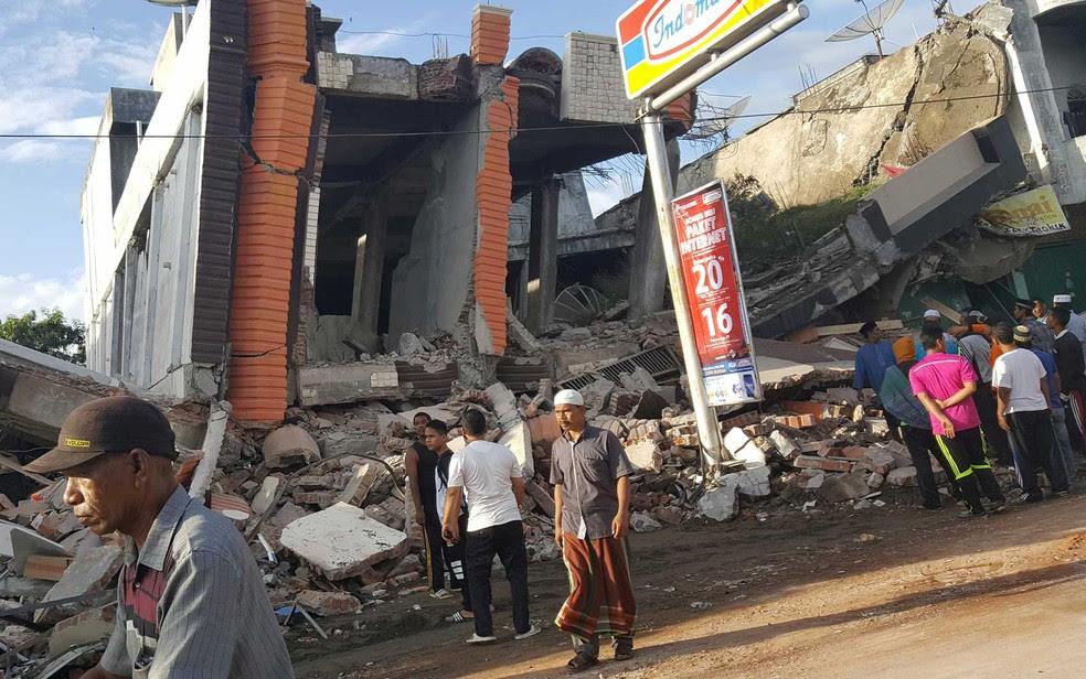 Moradores observam destruição após terremoto sacudir a região (Foto: Nunu Husien / Reuters)
