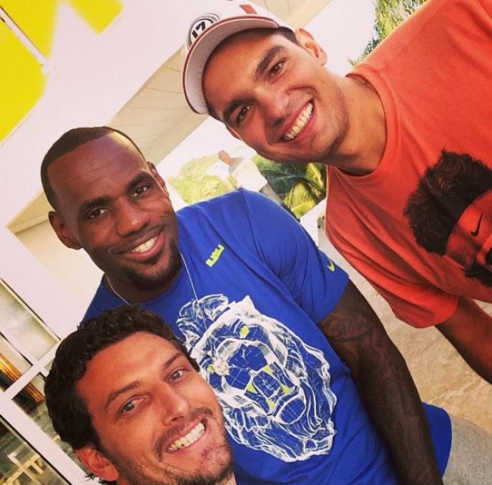 LeBron James ao lado de Elano e Anderson Varejão, no Rio de Janeiro (Foto: Reprodução/Instagram)