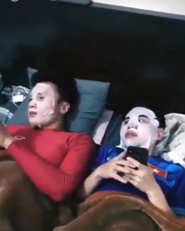 Các chàng trai U23 giờ còn rủ nhau đắp mặt nạ dưỡng da - Ảnh 3.