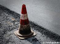 Baustellenhütchen auf frisch asphaltierter Straße (Foto: Fotolia)      Fotolia_7262773_emmi - Fotolia 2008