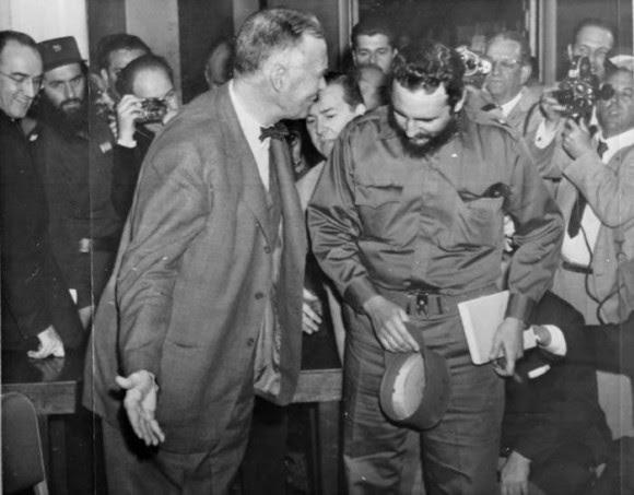 El secretario interino de Estado, Christian Herter invita a Fidel a sentarse en el hotel de Washington donde lo invito a almorzar, el 16 de abril de 1959. Foto: Revolución.