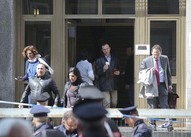 Pessoas deixam o Palácio da Justiça de Milão nesta quinta-feira (9) após um tiroteio que deixou dois mortos (Foto: Stefano Rellandini/Reuters)