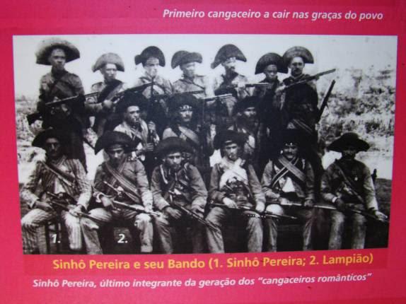 Lampião novinho, no bando do cangaceiro Sinhó Pereira, em foto do memorial da Praça da Resistência, em Mossoró - RN