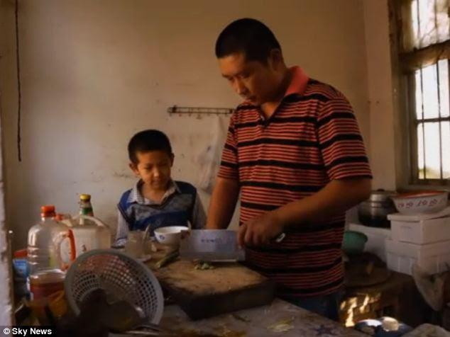 Famiglia: il signor Zhou e suo figlio Zhou Junfeng, 10.  La famiglia rimane sotto shock per gli eventi recenti