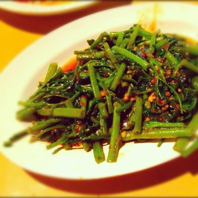 Sambal kangkong was good!:)  (Taken with Instagram at Makansutra Gluttons Bay)