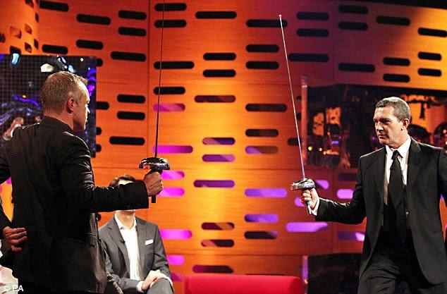 Deixe batalha começar: Antonio Banderas se prepara para uma luta de espadas com o anfitrião durante as filmagens de O Norton Graham Mostrar