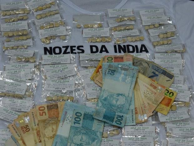 Pacotes de noz da Índia e dinheiro foram apreendidos com a mulher (Foto: Divulgação/ Polícia Civil)