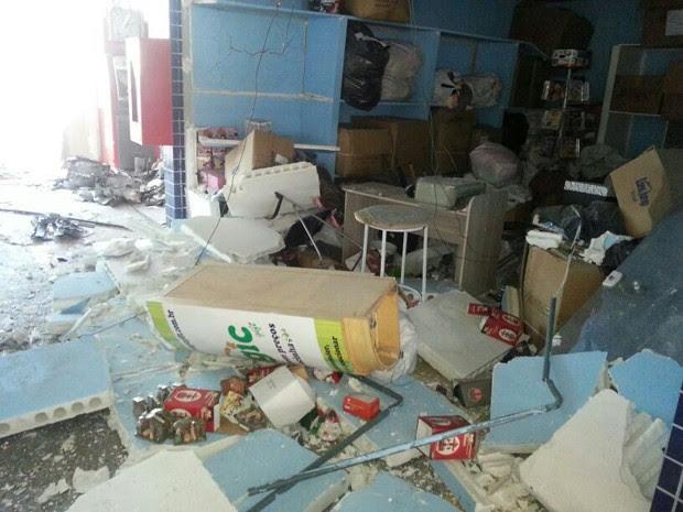 Sala ao lado dos caixas também foi atingida (Foto: Solange Freitas/TV Tribuna)
