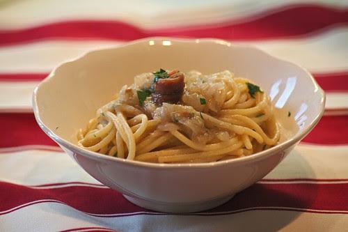 Spaghetti con crema di cipolle e acciughe