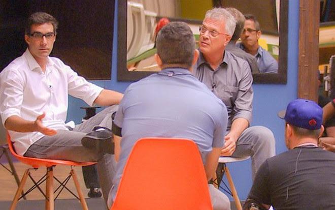 O diretor Rodrigo Dourado e Pedro Bial conversam com jornalistas na sala de BBB - João Miguel Jr./TV Globo