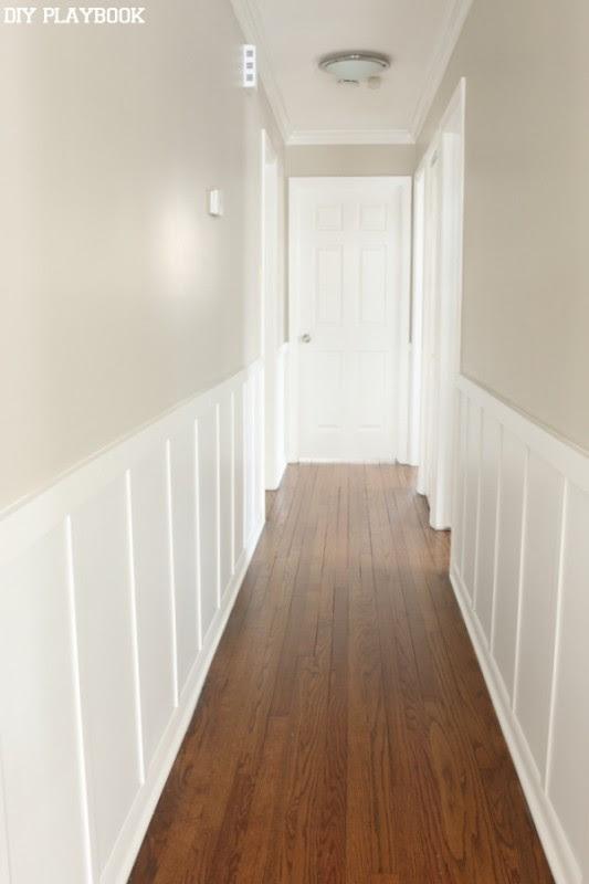 Painel de madeira no corredor também é uma boa maneira de dar um toque luxuoso à sua casa.