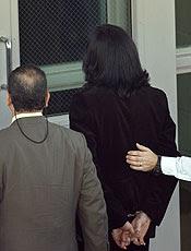 Algemado, Michael Jackson é levado para a prisão em 2003