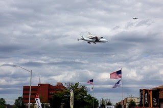 Discovery nears Dulles Airport (02)