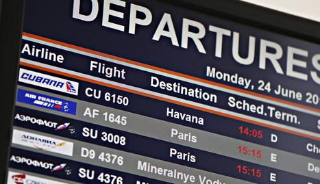 Una pantalla informativa muestra los vuelos en la terminal de salidas en el aeropuerto de Sheremetyevo en Moscú (Rusia). EFE