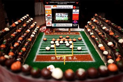 Sports Themed Weddings   Football Themed Wedding Cake Ideas
