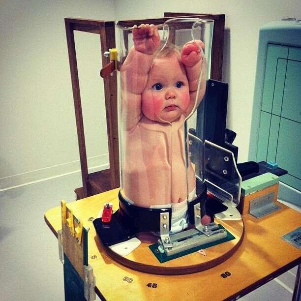 Imagem de bebê espremido em tubo transparente repercute na internet