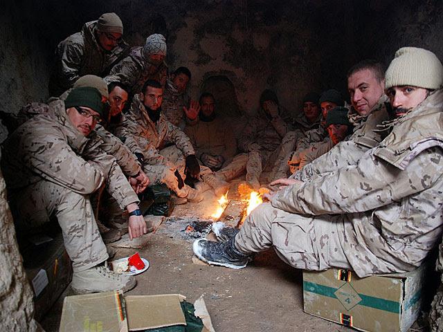 Soldados españoles intentan entrar en calor dentro de una cueva en el campamento de Moqur. | Mònica Bernabé