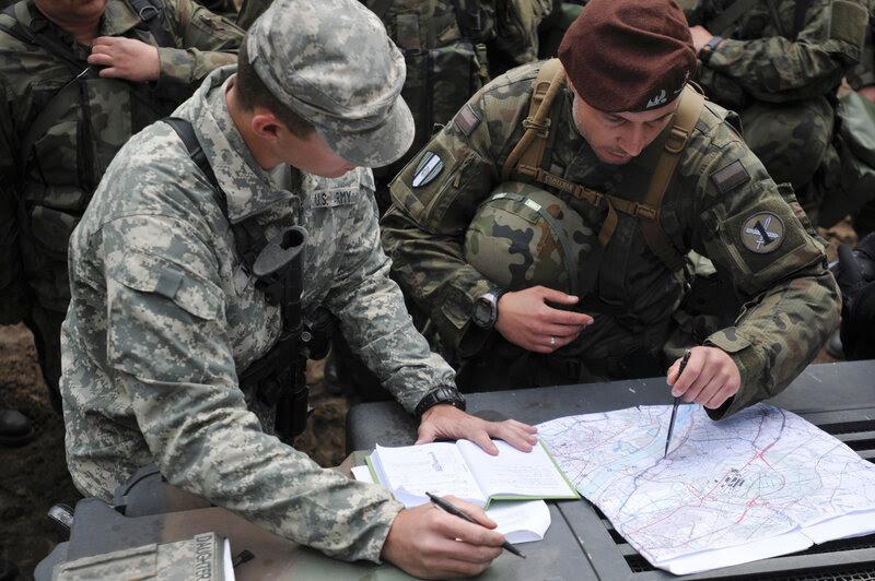 1st Lt. Nathan Meyer, assegnato al 175 ° Battaglione della Polizia Militare con la Guardia Nazionale Missouri, spiega il percorso designato soldati polacchi Stati Uniti e useremo per praticare percorso di ricognizione durante la Anakonda 16 esercizio nei pressi di Chelmno, in Polonia.