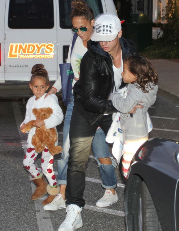 Emme, Jennifer Lopez, Casper Smart e Max (Foto: Grosby Group)