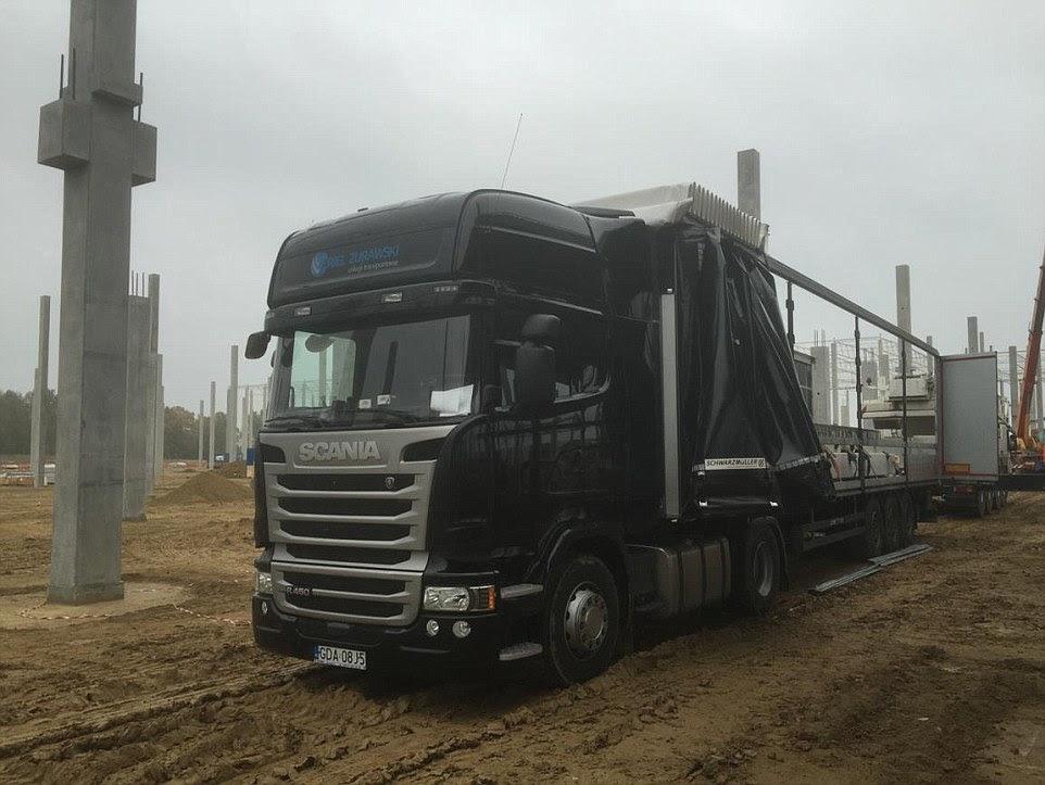 O camião fez-Scania é de propriedade da empresa Arial Zurawski, que tem sede em Gryfino, no noroeste da Polónia (retratado no site da empresa)