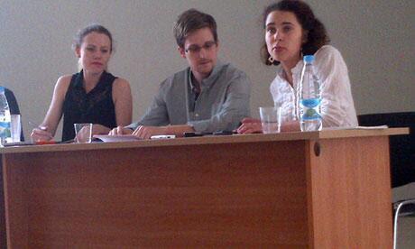 Snowden acompañado de Tanya Lokshina de Human Rights Watch y Sarah Harrison de Wikileaks