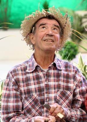 """Clayton Silva, dono do bordão """"Tô de olho no Sinhô"""", atua em """"A Praça é Nossa"""""""